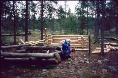 Laavu rakenteilla Kotakönkäällä 3.8.2001
