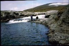 Isä ja Eero Pitsusjärven pohjukassa kalastamassa 7.7.1984