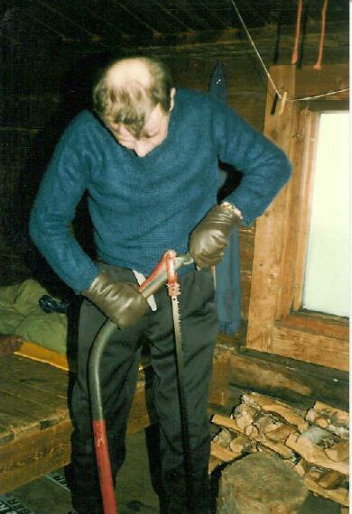 Isä vaihtoi sahaan uuden terän Kuonjarjohkassa 10.4.1986