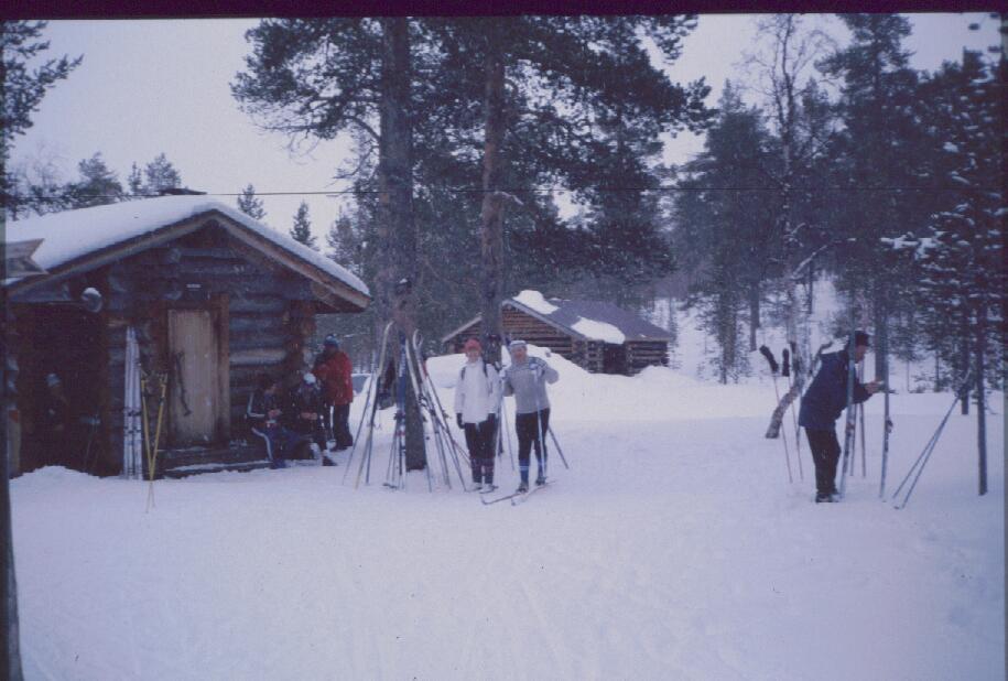 Anne, Martti ja isä Vellinsärpimäojan tuvalla 12.3.1985