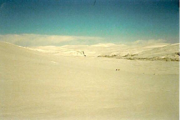 Lähestymme Meekoa, taustalla Kovddoskaisa, Halditsohkka ja Ridnitsohkka 12.4.1986