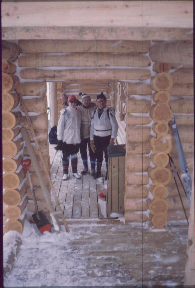 Anne, Martti ja Eero Luulammen kahvilan ulkokuistilla 13.3.1985