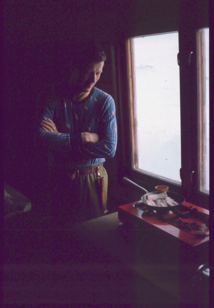 Pertti ruoanlaittopuuhissa Saarijärvellä 13.4.1984