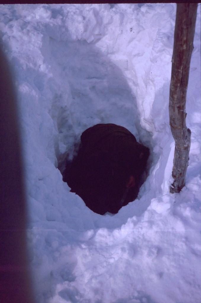 Pertti kaivamassa vettä Kuonjarjohkasta 14.4.1984