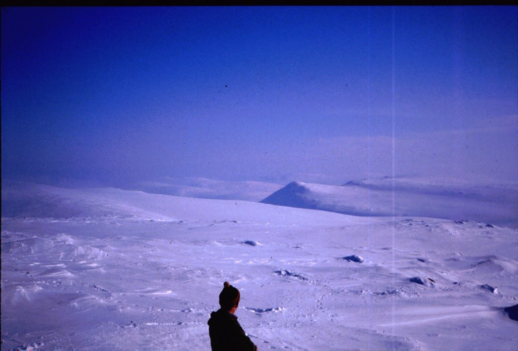 Kahperusvaaroilla, taustalla Kuonjarvarri 14.4.1984