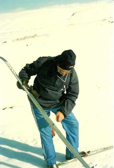 Jäätynyt lumi pois suksen pohjista Toskaljärvellä 14.4.1986