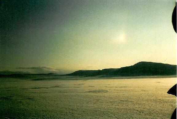 Kuonjarvarri ja Kahperusvaarain etelähuippu koillisesta 14.4.1986