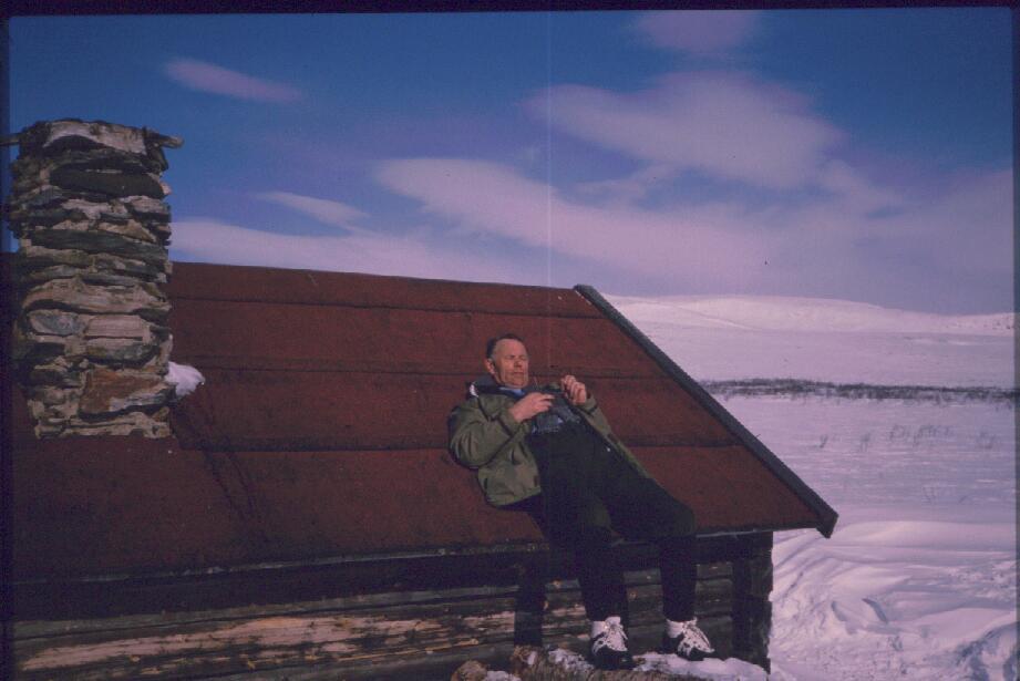 Isä Jogasjärven autiotuvan katolla 17.4.1988