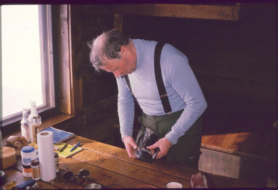 Monon korjaus Porojärven autiotuvassa 17.4.1988