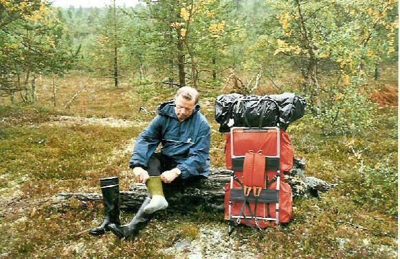 Isä laittaa sukkiaan Rumakurun ja Luulammen välillä 25.8.1995