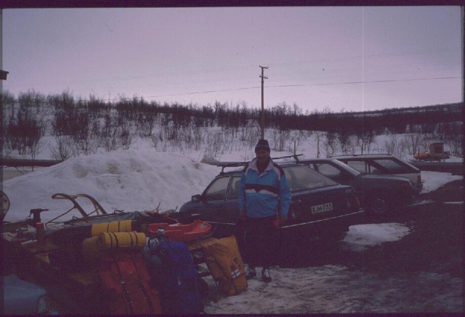 Eino Kilpisjärvellä, autojen parkkipaikalla 27.4.1989