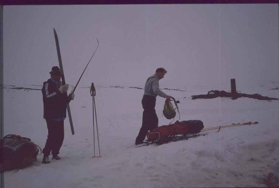 Eino ja isä valmistautuvat aamun hiihtoon 28.4.1989