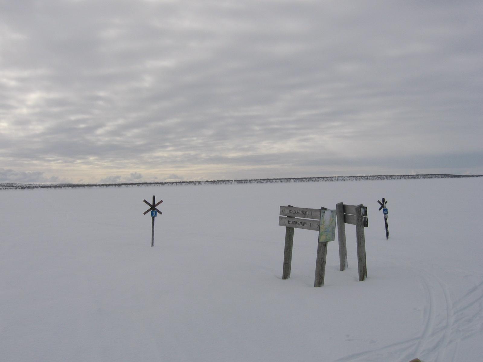 Hiihtäjien ja moottorikelkkailijoiden risteyspaikka Tsaarajärven pohjoispuolella 14.4.2010