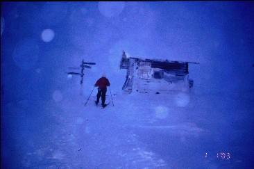 Pirjo lähestyy Montellin majaa 1.1.2003