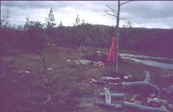 Yöpymispaikka taustalla Kiellaroavvin eteläisiä huippuja 31.7.2002