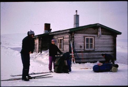 Kalervo, Kaarina ja isä Saarijärven tuvalla 16.4.1993