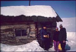 Isä, Kaarina ja Kalervo Taabman tuvalla 20.4.1993