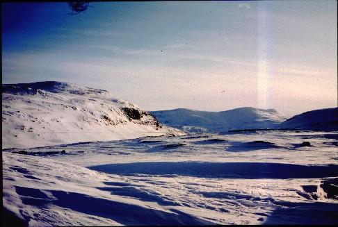 Urttasvarrin ja Kovddoskaisan rinteet nähtynä Urttasvankan toiselta puolelta 3.4.1995