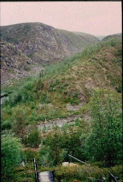 Fiellokeädggejohka laskee (oikealta) Kevojokeen (takana ja vasemmalla) 15.7.1996
