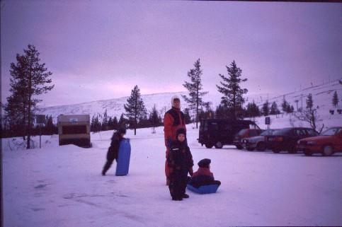 Mikko, Anne, Pekko ja Henna Ylläksen rinteiden parkkipaikalla 22.12.1997