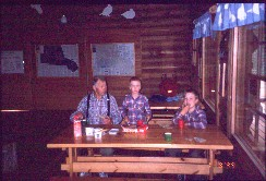 Isä, Pekko ja Mikko aamiaisella Luulammen opastustuvassa 1.8.1999
