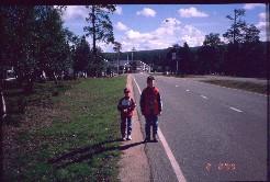 Pekko ja Mikko Saariselän hotellialueella 2.8.1999